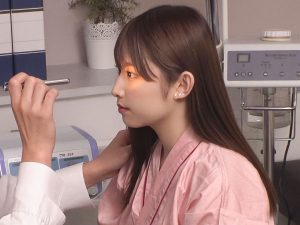 視力をチェックされる爆乳美少女