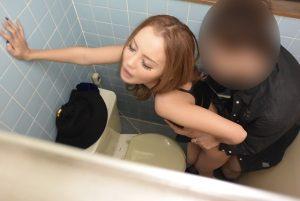 トイレでハメ撮り風盗撮される激カワギャル